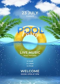 Festa na piscina. modelo de convite de festa de natação de verão com anel inflável, folhas de palmeira, água e céu com nuvens, pôster de vetor realista. cartaz com ilustração de modelo de festa na piscina