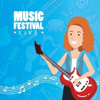 Festival de música ao vivo com mulher tocando guitarra elétrica