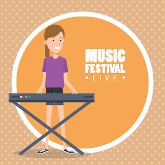 Festival de música ao vivo com mulher tocando piano