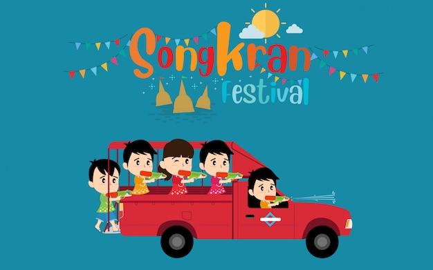 Festival songkran e crianças brincando no mini-ônibus