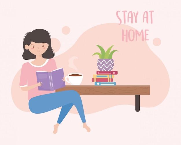 Ficar em casa, menina lendo um livro sentado com uma xícara de café e vaso de plantas à mesa