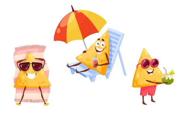 Fichas de nachos mexicanos no lazer da praia do verão. personagens de desenhos animados do vetor feliz tex mex em óculos de sol, se bronzeando na espreguiçadeira, bebendo coquetel. férias divertidas, relaxantes e atividades recreativas ao ar livre