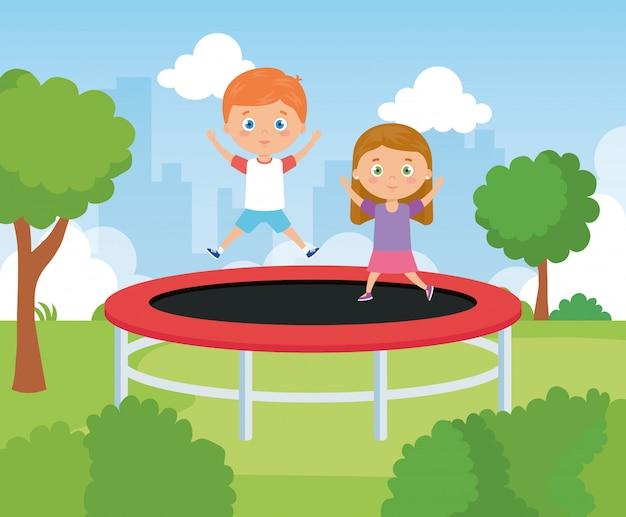 Filhinhos bonitos no jogo de salto de trampolim