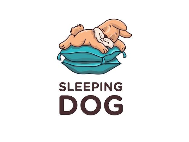 Filhote de cachorro pequeno bonito dormindo no travesseiro