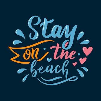 Fique na praia letras. caligrafia verão cartão postal ou cartaz design gráfico tipografia elemento. cartão postal de verão estilo caligrafia escrita à mão. olá verão em fundo azul
