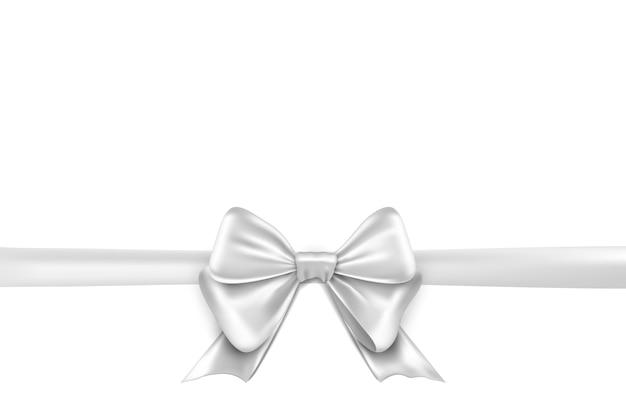 Fita de arco branco em fundo branco. decoração de presente isolada de arco branco para as férias.
