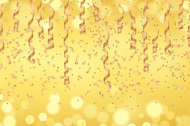 Fita de papel dourado encaracolado e confetes no fundo dourado desfocado.