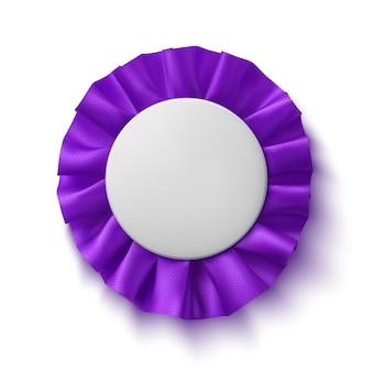 Fita de prêmio de tecido roxo realista em branco, isolada no fundo branco. emblema.