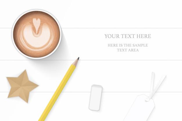 Flat lay top view elegante composição branca café amarelo lápis borracha tag e estrela artesanal no fundo do assoalho de madeira.