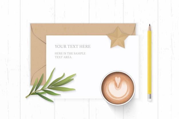 Flat lay top view elegante composição branca carta papel kraft envelope estrela forma artesanato café estragão folha e lápis amarelo sobre fundo de madeira.