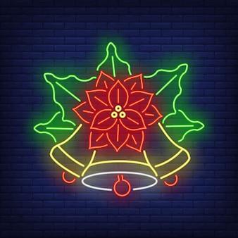 Flor de poinsétia com sinal de néon de sinos