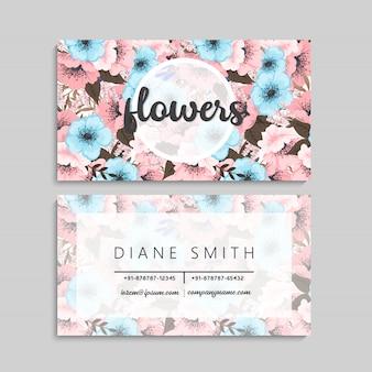 Flores cartões-de-rosa e flores azuis