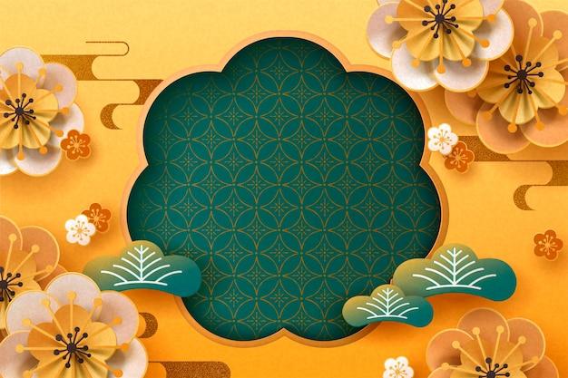 Flores de ameixa de papel e folhas de pinheiro em fundo dourado, copie o espaço para palavras de saudação