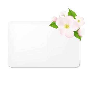 Flores de macieira com etiquetas de presente em branco