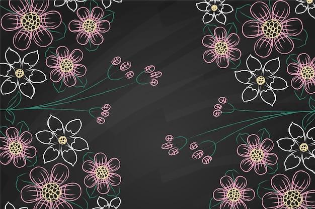 Flores violetas e brancas sobre fundo de quadro-negro