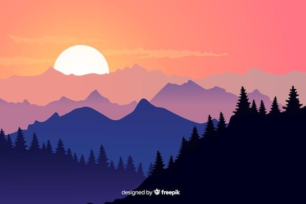 Floresta e montanhas e céu claro
