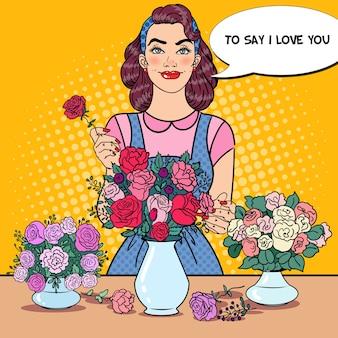 Florista feminina sorridente no trabalho com um ramo de flores