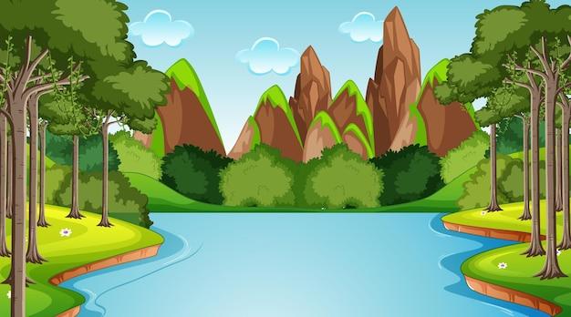 Fluxo fluindo pela cena da floresta com fundo de montanha