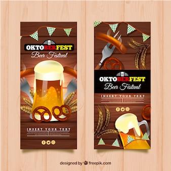 Flyer de octoberfest com fundo de madeira