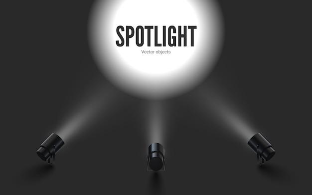 Focos com luz branca brilhante brilhando. projetores de coleções com efeito iluminado. conjunto de projetor para estúdio.