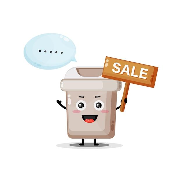 Fofinho mascote da lata de lixo com o sinal de venda