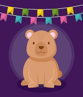 Fofo urso com guirlandas penduradas