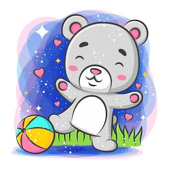 Fofo urso jogando bola e se sentindo feliz