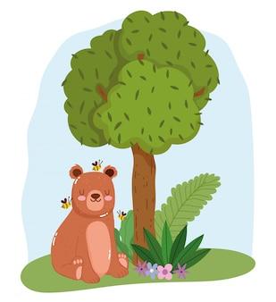 Fofo urso sentado com abelhas na grama