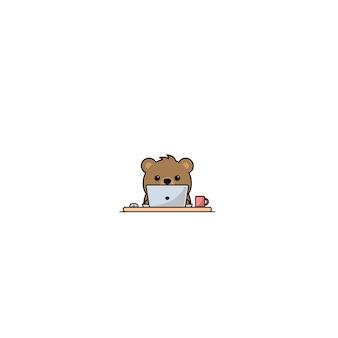 Fofo urso trabalhando em um laptop