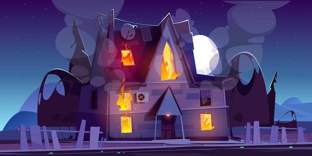 Fogo na casa à noite queimando casa de campo suburbana com chamas nas janelas