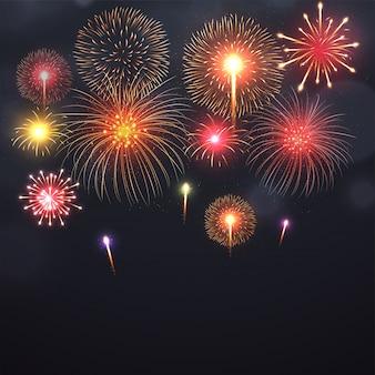 Fogos de artifício que explodem em várias formas no fundo preto.
