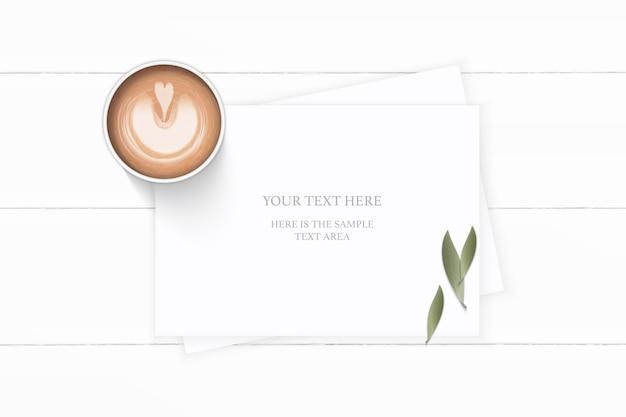 Folha de natureza plana de papel de composição branca de vista superior plana e café em fundo de madeira.