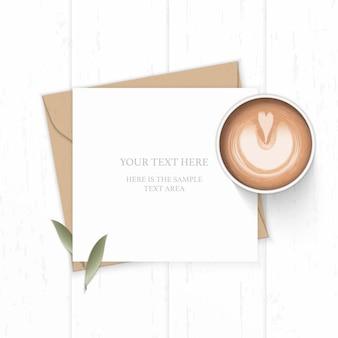 Folha de natureza plana leiga vista superior elegante composição branca carta papel kraft envelope e café em fundo de madeira.