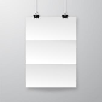 Folha de papel amassado realista com sombra. cartaz enrugado pendurado no modelo de clipes de buldogue.
