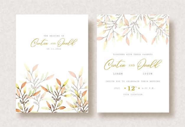 Folhas tropicais pintando aquarela sobre fundo de convite de casamento