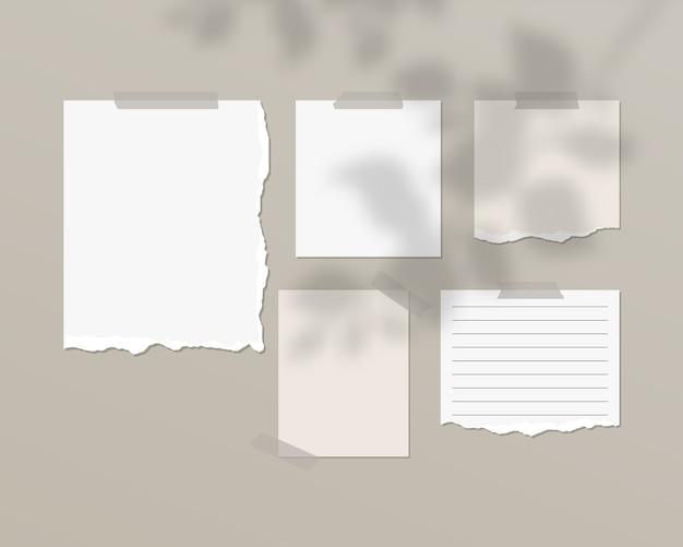 Folhas vazias de papel branco na parede com sobreposição de sombra