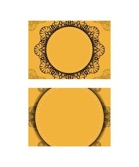 Folheto amarelo com padrão de mandala marrom preparado para impressão.