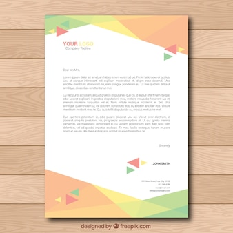 Folheto corporativo colorido com triângulos