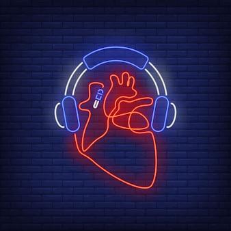 Fones de ouvido e coração feito de sinal de néon de cabo