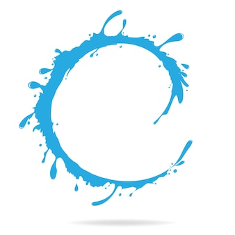 Forma de anel de respingos de água no fundo branco
