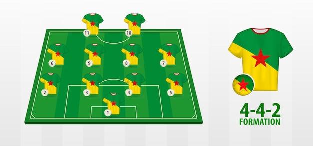 Formação da seleção guiana francesa de futebol no campo de futebol.