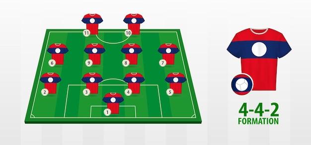 Formação da seleção nacional de futebol do laos no campo de futebol.