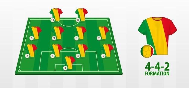 Formação da seleção nacional de futebol do mali no campo de futebol.