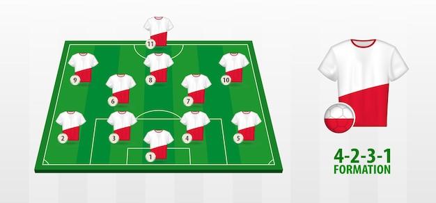 Formação da seleção polonesa de futebol no campo de futebol.