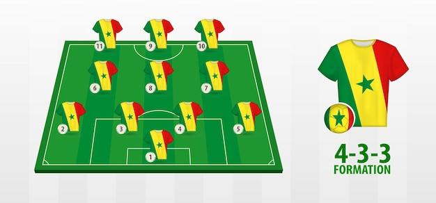 Formação da seleção senegalesa de futebol no campo de futebol.