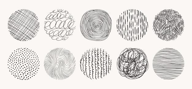 Formas geométricas de doodle de manchas, pontos, círculos, traços, listras, linhas. conjunto de padrões de círculo desenhado à mão. texturas feitas com tinta, lápis, pincel.