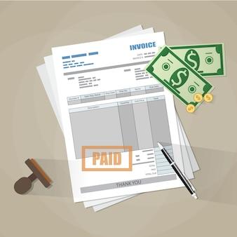 Formulário de fatura em papel, carimbo pago, caneta, dinheiro
