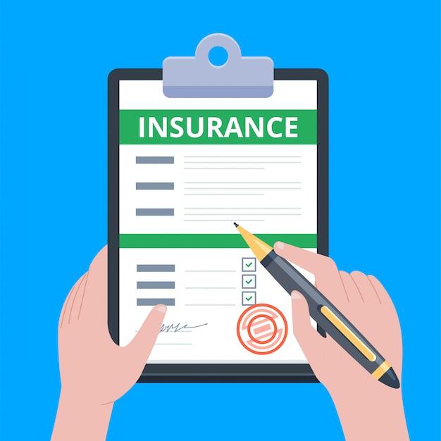 Formulário de reivindicação de seguro. homem escreve formulário, mantendo a área de transferência na mão.