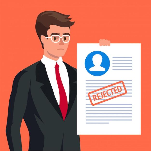 Formulário de reivindicação. homem triste e formulário de candidatura rejeitado