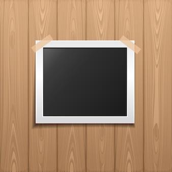 Foto colada por uma fita adesiva em uma placa